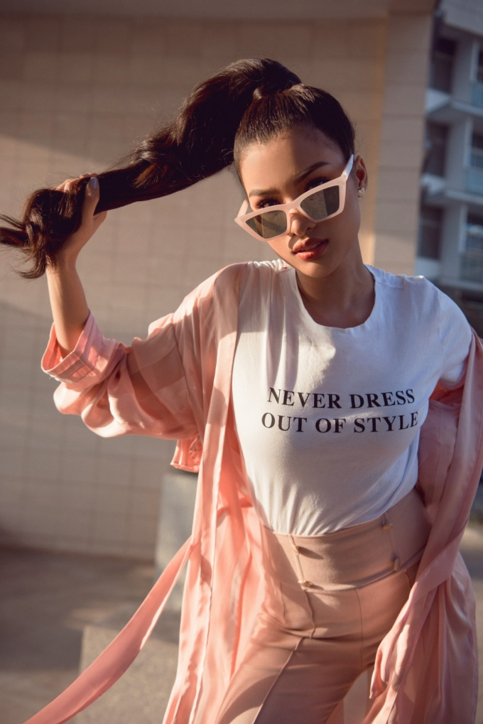 <p> Dù diện tông hồng ngọt ngào nhưng cách phối quần cạp cao với blazer, kính mắt và kiểu tóc đuôi ngựa vẫn tạo nên vẻ cá tính.</p>