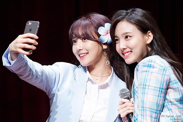 Ji Hyo (bên trái) là giọng ca chính.