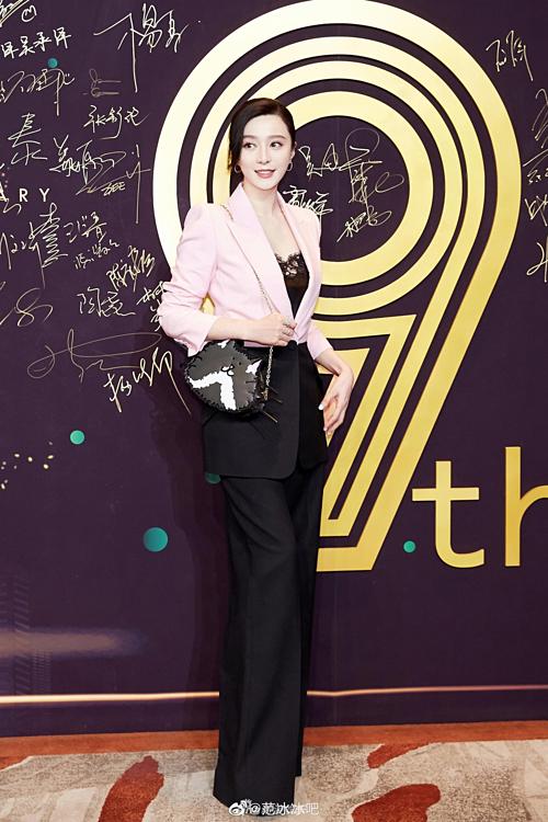 Phạm Băng Băng thu hút nhiều sự chú ý khi xuất hiện tại đêm tiệc iQiyi tối 22/4 ở Bắc Kinh. Đây là lần đầu tiên nữ diễn viên lộ diện trước công chúng sau scandal trốn thuế năm 2018.