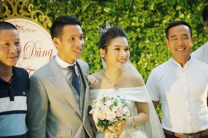 <p> Tối 23/4 lễ thành hôn của tiền vệ Đỗ Hùng Dũng và cô dâu Mộc Trinh diễn ra tại một trung tâm tiệc cưới Hà Nội.</p>