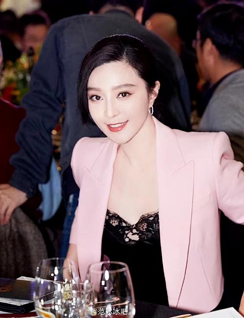 Sự xuất hiện của Phạm Băng Băng khiến netizen Trung Quốc tranh cãi. Các  fan ủng hộ, khen ngợi sắc vóc của nữ diễn viên. Nhiều ý kiến khác lại tỏ  ra bức xúc vì sự tái xuất nhanh chóng của cô sau bê bối lớn.