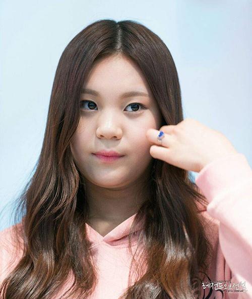 Um Ji là thành viênnhỏ tuổi nhất của G-Friend. Thời mới debut, cô gái sinh năm 1999 có vóc dáng tròn trịa, gương mặt bánh bao và cằm nọng, Bị nhiều người gọi là idol xấu nhất lịch sử, Um Ji luôn bộc lộ sự thiếu tự tin trên sân khấu.