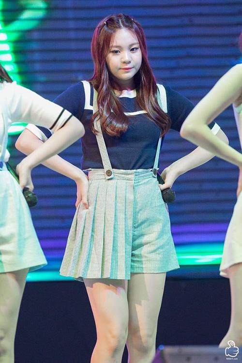 Thân hình thừa cân khiến Um Ji gặp khó khăn trong việc chọn quần áo phù hợp. Các kiểu đồ diễn ngắn và bó đều khiến cô nàng lộ nhược điểm ba vòng như một.