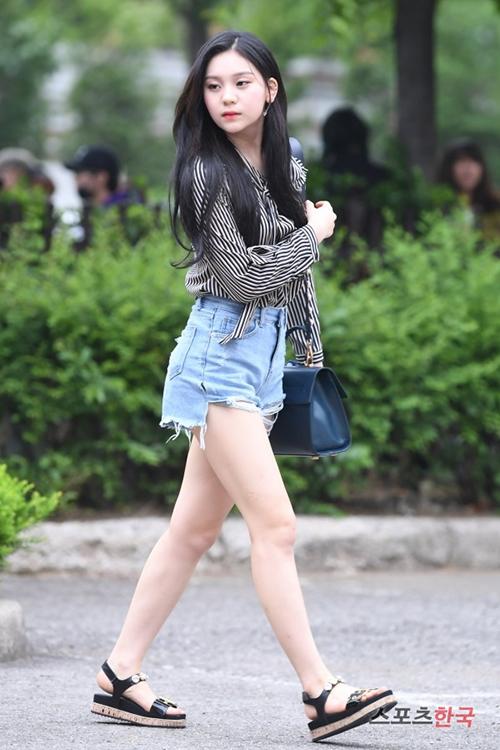 Ngay cả khi diện trang phục đơn giản đời thường, cô nàng trông cũng rất thu hút.