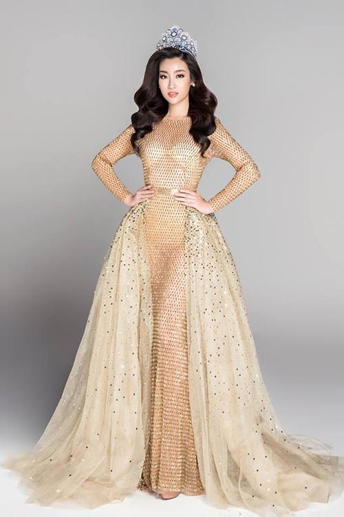 Trước đây, Đỗ Mỹ Linh cũng nhiều lần mắc sai lầm chọn nội y khi diện đầm xuyên thấu. Người đẹp cũng từng bị chê làm bộ váy lấp lánh trở nên kém sang vì lộ áo ngực dán rõ mồn một.