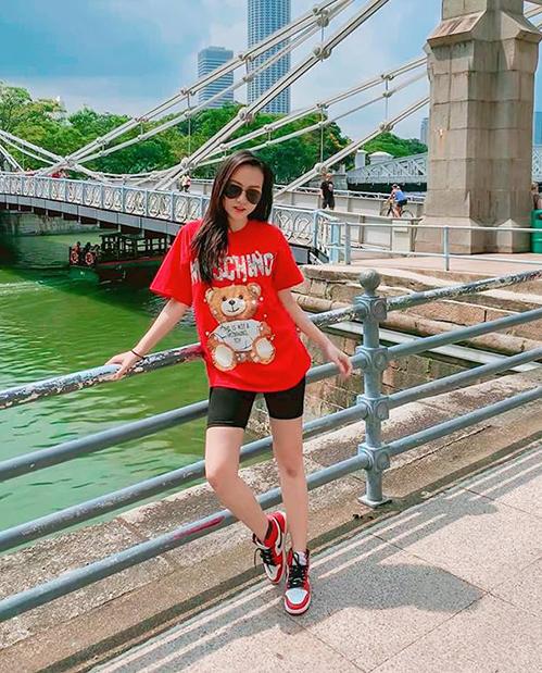 Băng Di diện cây đồ đỏ đen vừa thoải mái, vừa mát mẻ khi đi du lịch Singapore.