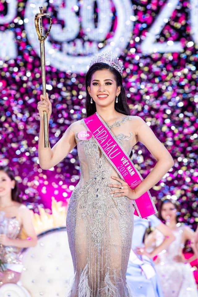"""<p> Thời điểm đăng quang Hoa hậu Việt Nam 2018, <a href=""""https://ione.net/tin-tuc/thoi-trang/hoa-hau-tieu-vy-nhan-gui-nguoi-ke-nhiem-tai-miss-world-2019-3913281.html"""">Tiểu Vy</a>mới 18 tuổi. Cô sở hữu sắc vóc nổi trội.</p>"""