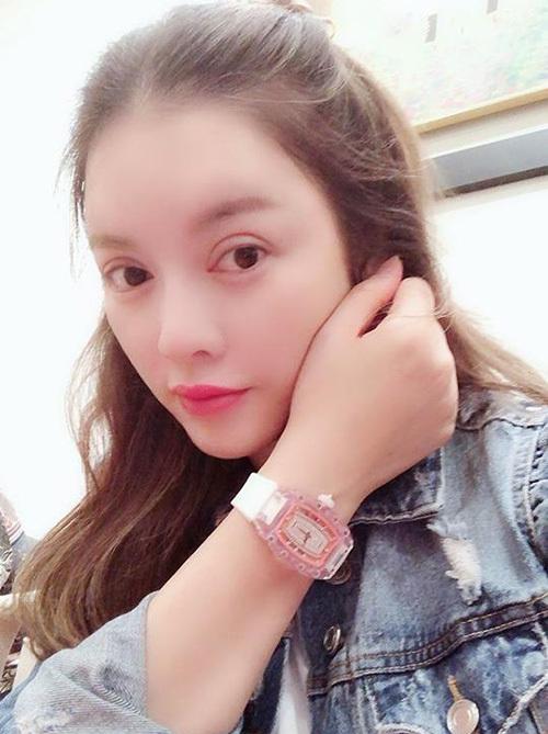 <p> Lý Nhã Kỳ từng bỏ ra gần 30 tỷ đồng để sở hữu chiếc đồng hồRM 07-02 Pink Lady Sapphire của hãng đồng hồ nổi tiếng Thụy Sĩ - Richard Mille. Để hoàn thành bộ vỏ sapphire, chiếc đồng hồ này cần đến 40 ngày chế tác liên tục, trong đó có hơn 800 giờ gia công. Kiểu dáng bị nhận xét trông như đồng hồ trẻ con nhưng mẫu phụ kiện đắt giá này lại lọt vào mắt xanh của giới siêu giàu.</p>