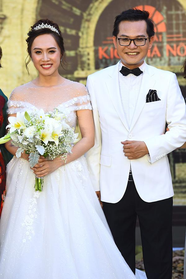 """<p> Tối 24/4, <a href=""""https://ione.net/tin-tuc/sao/viet-nam/nsnd-trung-hieu-va-vo-kem-19-tuoi-rang-ngoi-o-le-cuoi-3895882.html"""">tiệc cưới của NSND Trung Hiếu</a> và bà xã Thu Hà được tổ chức tại một nhà hàng sang trọng ở Tây Hồ, Hà Nội. Ngay từ sớm, cô dâu - chú rể đã có mặt để đón khách. Trước đó, cặp đôi từng tổ chức hôn lễ ở Sơn La - quê cô dâu vào đầu tháng một và quê chú rể - Thái Bình hồi giữa tháng ba. Trung Hiếu từng chia sẻ, vì không muốn họ hàng, bạn bè phải đi lại vất vả nên anh tổ chức hôn lễ, mở tiệc làm nhiều lần.</p>"""