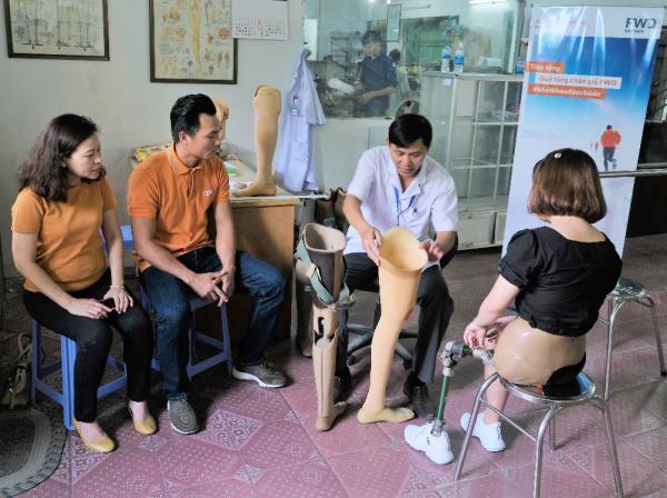 Phan Thanh Nhiên cùng đại diện Bảo hiểm FWD đã trực tiếp đến thăm những người đầu tiên được lắp chân giả theo chương trình tại Trung tâm chỉnh hình và phục hồi chức năng TP HCM.