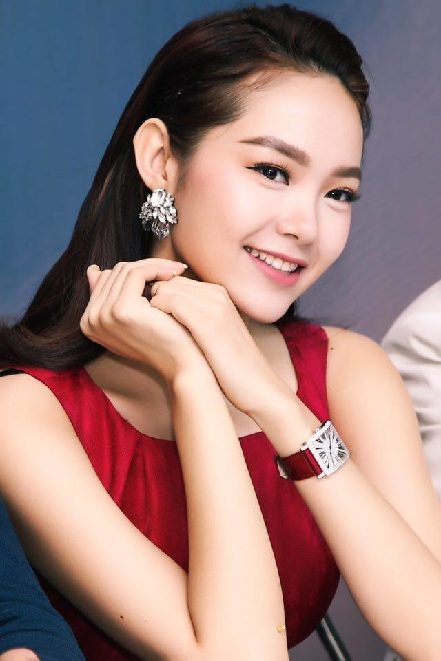 <p> Chiếc đồng hồ Minh Hằng hay đeo nằm trong bộ sưu tập cao cấp Master Square của hãng Franck Muller, có giá xấp xỉ 1,5 tỷ đồng.</p>