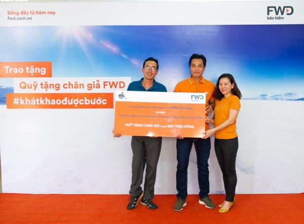 Bà Vương Mỹ Phụng (bìa phải) cùng Phan Thanh Nhiên tặng Quỹ cho ông Nguyễn Văn Cử (bìa trái)