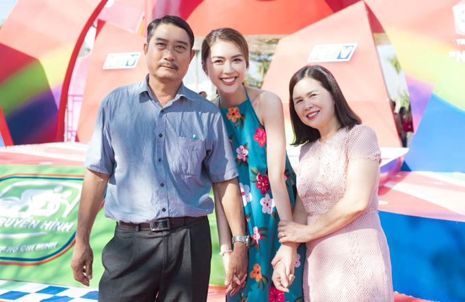 <p> Sự kiện diễn ra tại TP Tuy Hòa, Phú Yên, là quê hương của Tường Linh nên bố mẹ của Hoa hậu Sắc đẹp châu Á có mặt từ sớm để ủng hộ con gái.</p>