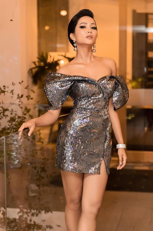 <p> Hoa hậu H'Hen Niê không bỏ qua 'cơn sốt' diện đầm ánh kim. Tham dự một sự kiện, cô diện mẫu đầm dáng ngắn của NTK Nguyễn Minh Tuấn, khoe số đo ba vòng hoàn hảo.</p>