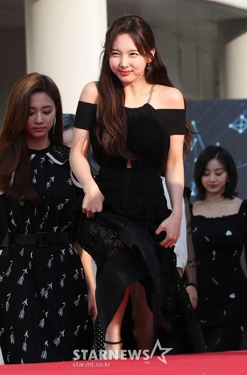Na Yeon có biểu cảm hài hước khi bị nắng chiếu vào mặt.