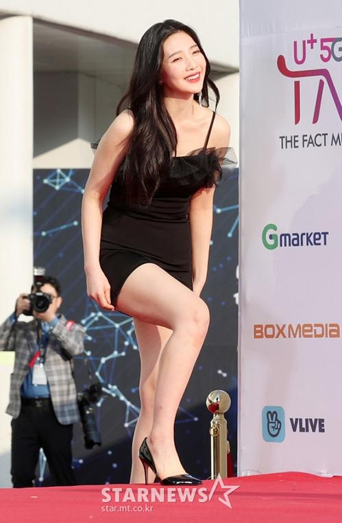Stylist của nhóm tiếp tục cho Joy mặc đồ quá ngắn, cô nàng phải vừa đi vừa che chắn vì sợ hớ hênh.