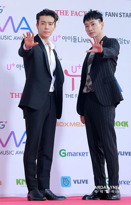 Dong Hae - Eun Hyuk (Super Junior) vừa gây bất ngờ khi đoạt cúp ở showw âm nhạc.