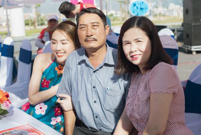 """<p> Chia sẻ với <em>iOne</em>, Tường Linh cho biết, bố cô bị tai nạn tàu khiến vùng đầu chấn thương nặng cách đây không lâu. Cô phải dừng mọi hoạt động nghệ thuật tại TP HCM, về Phú Yên chăm sóc bố. Sau gần hai tháng điều trị, sức khỏe của bố cô phục hồi. Hiện, bố Tường Linh đã có thể đi làm trở lại. """"Bố khỏe mạnh cũng là thời điểm tôi có thể yên tâm để trở lại với công việc"""", Tường Linh nói.</p>"""
