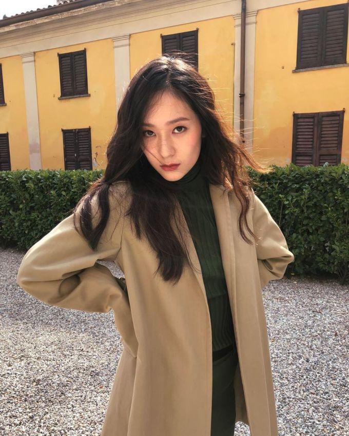 <p> Em gái của Jessica, Krystal theo sát sao với 7,6 triệu người theo dõi. Mỗi bức ảnh của nữ ca sĩ có thần thái chuẩn không kém những bức ảnh chụp tạp chí.</p>