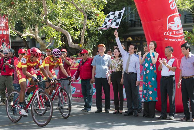 <p> Tường Linh cùng BTC cổ vũ các tay đua.</p>