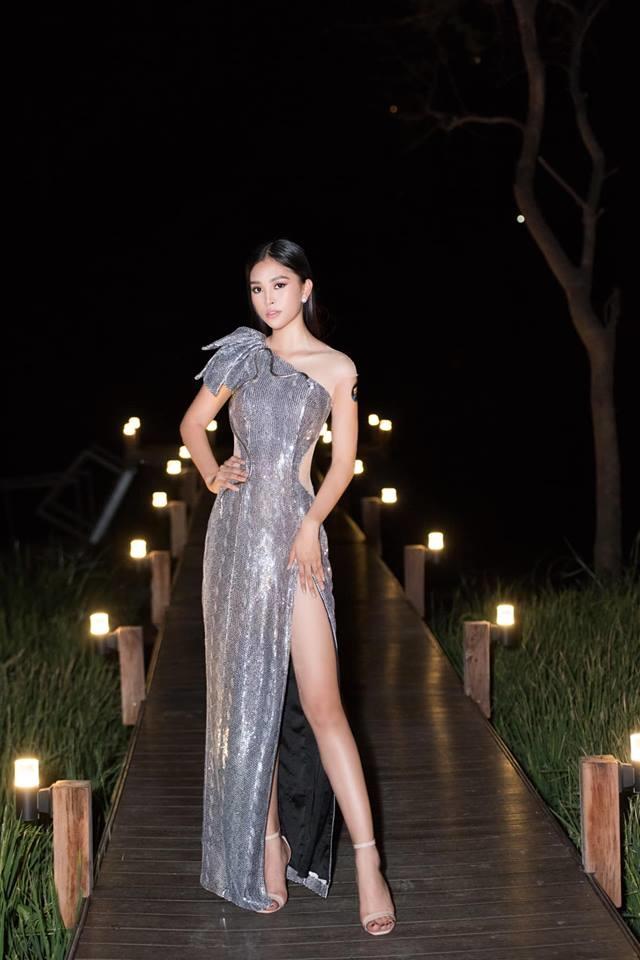 <p> Thiết kế ánh kim lệch vai, xẻ đùi cao hun hút nằm trong BST Flashy Nhoáng của NTK Nguyễn Minh Tuấn được Tiểu Vy lựa chọn để hoàn thiện phong cách sexy của mình.</p>