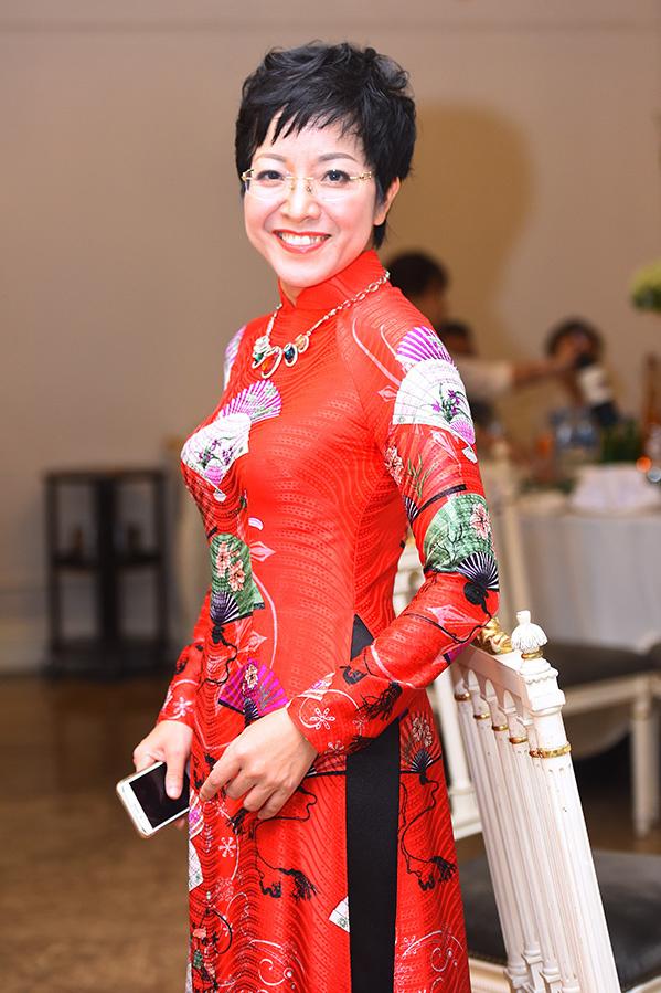 <p> Thảo Vân đảm nhận vai trò MC trong tiệc cưới của Trung Hiếu tại Hà Nội.</p>