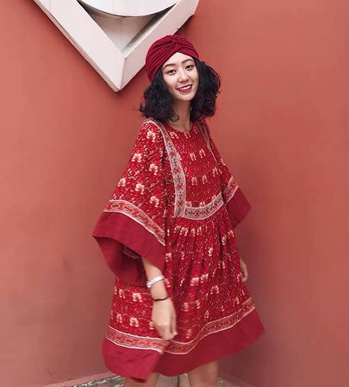 Ngoài màu sắc rực rỡ, trang phục cũng nên có những họa tiết vui mắt như thổ cẩm, hoa nhí... Đây là một đặc trưng của phong cách boho giúp diện mạo của bạn trông phóng khoáng hơn hẳn.