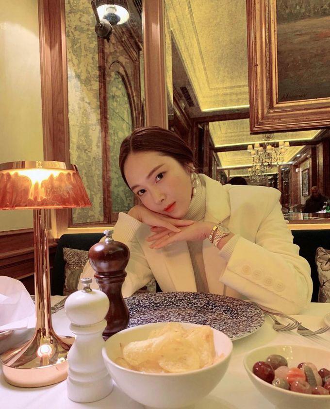 <p> Nếu ấn nút theo dõi tài khoản của Jessica, các bạn có thể theo chân cô nàng đi khắp thế giới, tận hưởng những khung cảnh xa hoa, đẹp đẽ nhất. Cựu thành viên SNSD có lối sống sang chảnh như một doanh nhân thành đạt. Cô nàng có 8,3 triệu người theo dõi.</p>
