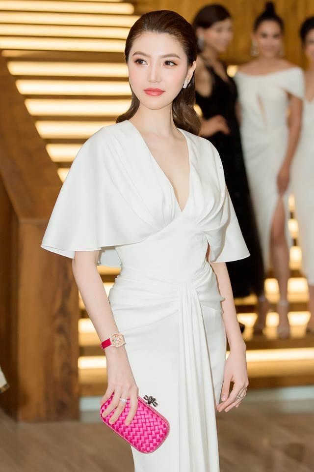 """<p> Nữ hoàng Sắc đẹp Toàn cầu <a href=""""https://ione.vnexpress.net/tin-tuc/video/thoi-trang/boc-gia-set-do-4-1-ty-dong-cua-nu-hoang-sac-dep-ngoc-duyen-3905995.html"""">Ngọc Duyên</a>chia sẻ với<em> iOne</em>, chiếc đồng hồ Chopard phiên bản giới hạn cô đeo trong một sự kiện gần đâycó giá 2 tỷ đồng.</p>"""