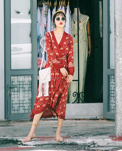 Hãy tạm cất những bộ trang phục màu trầm tối hay nhờ nhờ ở nhà. Thay vào đó, những chuyến du lịch là cơ hội để bạn bung lụa hết cỡ với váy áo màu sắc. Đồ càng rực rỡ như đỏ, vàng, da cam... thì càng giúp bức ảnh của bạn dễ lên màu hơn, tạo cảm giác tươi vui, ngập tràn ánh nắng.