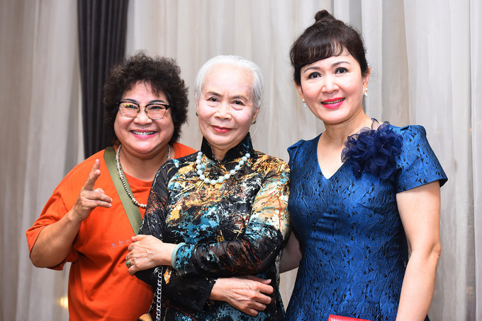 <p> Từ trái qua, NSƯT Minh Vượng, Ngọc Thoa, Minh Hòa hội ngộ ở tiệc cưới.</p>