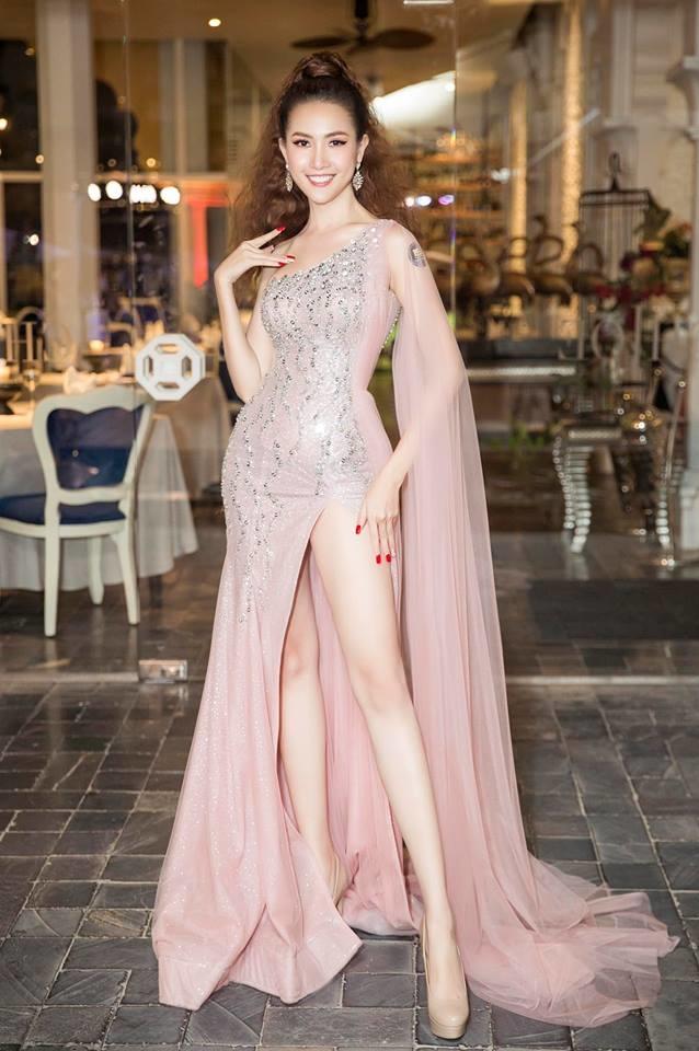 <p> Để Phan Thị Mơ thêm phần sang trọng, lộng lẫy khi dự tiệc, NTK Nguyễn Minh Tuấn đã lựa chọn cho cô chiếc đầm bất đối xứng, gam màu hồng ánh kim với những đường cắt xẻ hợp lý.</p>