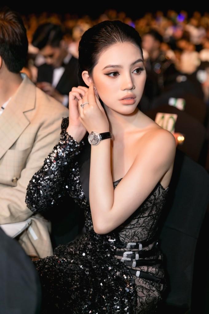 """<p> """"Hoa hậu con nhà giàu"""" Jolie Nguyễn là """"yêu nữ hàng hiệu"""" của showbiz Việt. Cô sắm cho mình chiếc đồng hồ Cartier có giá hơn 1,3 tỷ đồng.</p>"""