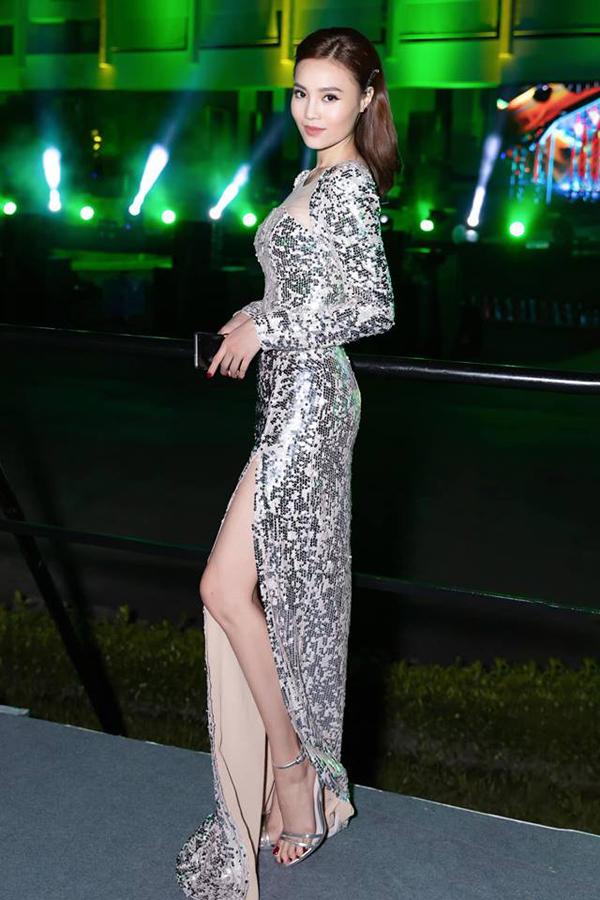 <p> Set đồ bắt sáng từ đầu đến chân gồm sandals cao gót metalic, váy sequins bạc... giúp Ninh Dương Lan Ngọc trở nên cuốn hút.</p>