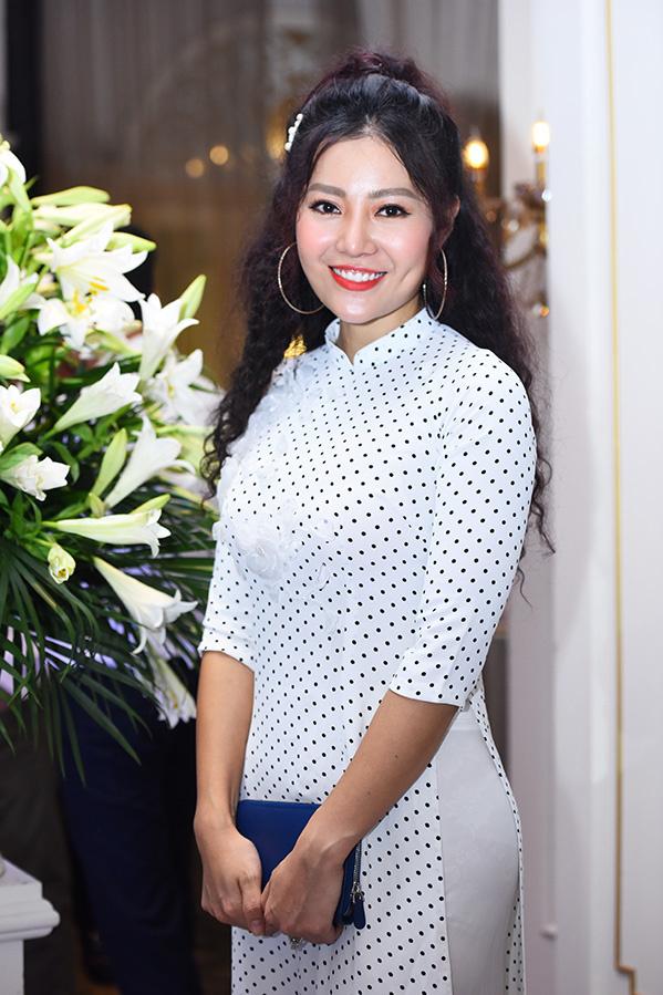"""<p> Thanh Hương mặc áo dài chấm bi dự lễ cưới. Cô là đồng nghiệp, người em thân thiết của Trung Hiếu tại Nhà hát Kịch Hà Nội.</p> <div style=""""text-align: right;""""> </div>"""