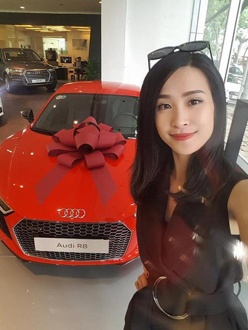 Đầu năm 2017, Đông Nhi khoe mới lên đời xế hộp. Cô cùng bạn trai Ông Cao Thắng hùn vốn sắm chiếcAudi R8V10plus