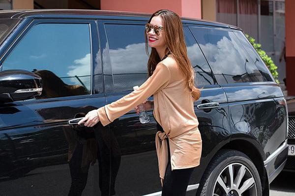 Hồ Ngọc Hà là tay chơi siêu xe có tiếng của Vbiz. Cô từng sở hữu rất nhiều dòng xe nổi tiếng. Nổi bật trong đó có chiếcChiếc SUV hạng sang Range Rover Autobiography LWB hơn 8 tỷ đồng của Hồ Ngọc Hà