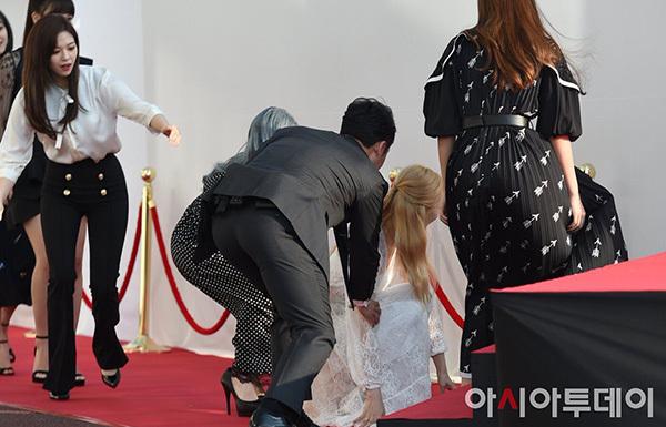 Sana bắt ngờ gặp tai nạn vấp ngã ngay khi bước lên bậc cầu thang. MC và các thành viên khác hoảng hốt đỡ nữ idol đứng dậy. Sana vốn nổi tiếng là một cô nàng hậu đậu, dễ gặp tai nạn.