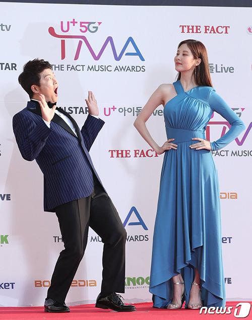 Seo Hyun khiếnMC Jun Hyung Moo trầm trồ vì ngoại hình ấn tượng. Em út SNSD ngày càng gợi cảm.