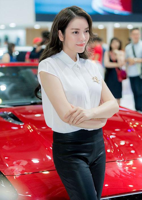 Năm 2017, mẫu siêu xe mui trần Jaguar F-Type R Convertible cũng được cho là đã về tay người đẹp này với giá trên dưới 12,6 tỷ đồng.