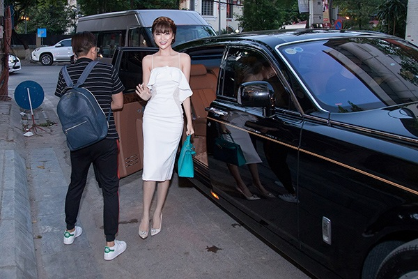 Nữ hoàng sắc đẹp Ngọc Duyên một bước lên tiên sau khi lấy chồng đại gia. Cô có cuộc sống sung túc, thường xuyên di chuyển bằng những chiếc xế siêu sang. Tại một sự kiện ở Hà Nội, cô bước xuống từ chiếc Rolls-Royce Phantom 70 tỷ đồng thuộc sở hữu của gia đình.