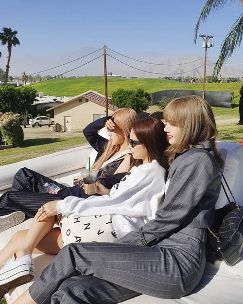 Lisa, Jennie và Rosé khoe ảnh đi chơi ở Coachella, thiếu vắng Ji Soo.