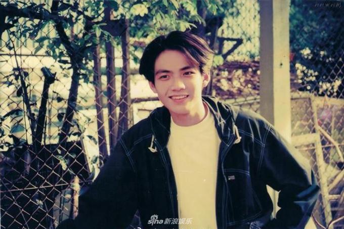"""<p> Những năm 90 Chung Hán Lương theo mốt để mái dài bồng bềnh lãng tử. Khuôn mặt trẻ thơ, nụ cười tỏa nắng khiến anh được người hâm mộ đặt biệt danh """"Tiểu Thái Dương"""" (nghĩa là mặt trời nhỏ) và """"Tiểu Oa"""".</p>"""