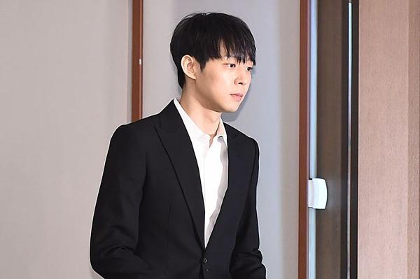 Park Yoo Chun sinh năm 1986, thường được biết đến với nghệ danh Micky Yoo Chun. Anh cũng là cựu thành viên nhóm nhạc huyền thoại TVXQ. Sau scandal tình dục năm 2016, Park Yoo Chun vẫn hoạt động trong ngành giải trí với một số hoạt động diễn xuất.