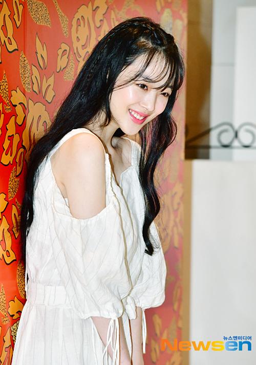 Trên TheQoo, topic có tiêu đề Sulli hôm nay xinh đẹp như thời mới debut nhận rất nhiều bình luận của netizen Hàn Quốc. Đã lâu rồi công chúng mới được thấy một hình ảnh Sulli nữ tính, trong sáng như vậy.