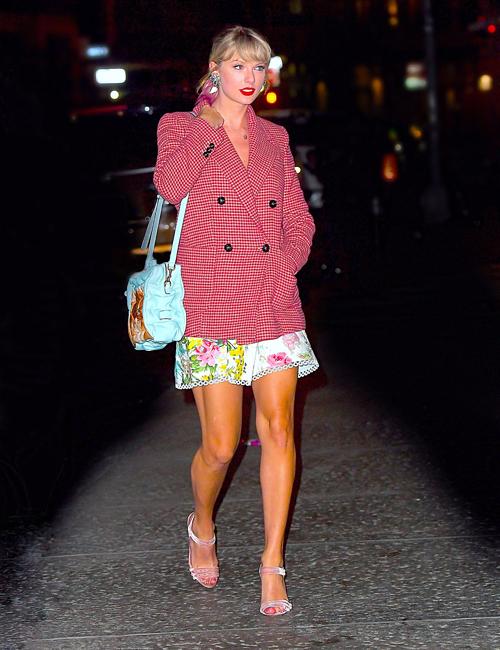 Taylor Swift nổi bật với bộ cánh màu hồng. Sự có mặt của nữ ca sĩ thu hút ống kính báo chí. Gần đây, Taylor gây tò mò khi liên tục thả thính đếm ngược trên Instagram, khiến fan mong chờ về album mới sắp ra mắt.