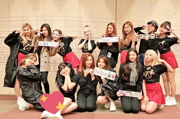 ITZY đến ủng hộ đàn chị trong concert ở Nhật.