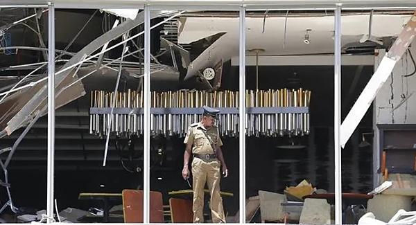 Một sĩ quan cảnh sát Sri Lanka kiểm tra một vụ nổ bom tại khách sạn Shangri-La ở Colombo vào ngày 21/4. Ảnh: AP