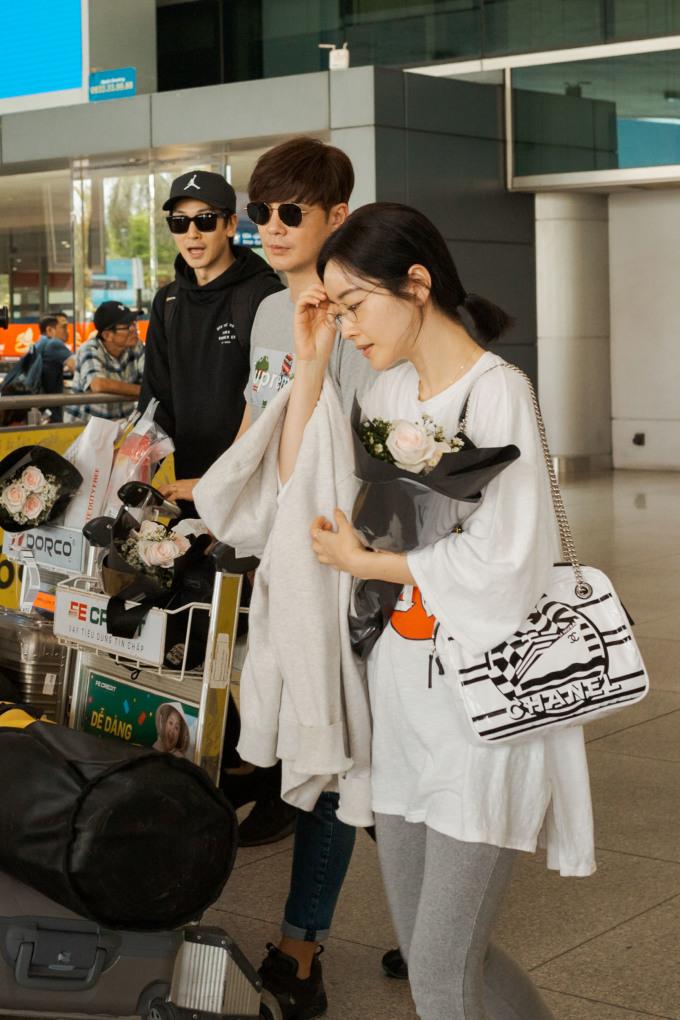 <p> Trưa 25/4, nhiều ngôi sao Hàn Quốc đã có mặt tại sân bay Tân Sơn Nhất, TP HCM để chuẩn bị tham dự một sự kiện.</p>