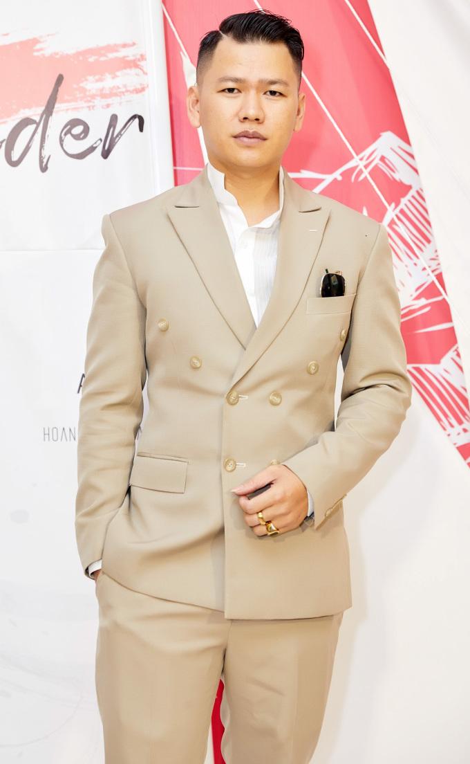<p> NTK Hoàng Minh Hà cho biết nhận lời tham gia vì tìm thấy sự đồng điệu với đạo diễn Long Kan. Những trang phục dạ tiệc, những set đồ mang phong cách casual ứng dụng cao sẽ được anh giới thiệu trong show diễn vào ngày 18/5 tới.</p>